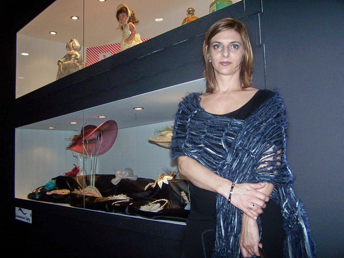 Encarnación posando en el stand de la exposición que realizó el Centro de Artesanía de la Comunitat Valenciana